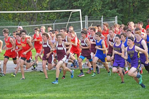 ON YOUR MARK As the boys race goes off, most of the runners try to get out as fast as possible to avoid getting grouped in. The boy steam ended with a record of 20-4.
